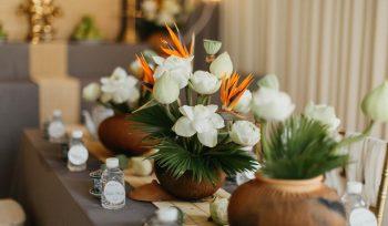 Trang trí gia tiên với hoa sen trắng
